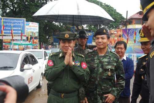 Col Saw Nai Oo, the strategic commissioner of Tachileik, and Col Songyos Thongkon, the Deputy Commander of the 2nd Cavalry Regiment Task Force of the Royal Thai Army - See more at: http://thainews.prd.go.th/centerweb/newsen/NewsDetail?NT01_NewsID=WNECO5711060010005#sthash.SsEmELwZ.dpuf