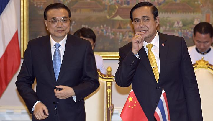 Thailand's Prime Minister Prayuth Chan-ocha (right) stands next to China's Premier Li Keqiang at the Government House in Bangkok, Thailand
