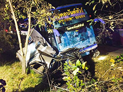 An inter-provincial passenger bus travelling from Ranong to Bangkok and a pickup truck plunge into a roadside ditch on Phetkasem Road in Prachuap Khiri Khan in the early hours of Jan 4.(Photo by Chaiwat Satyaem)