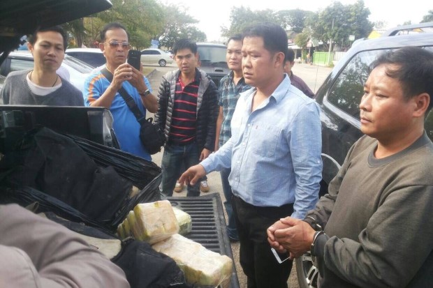 Police show the drugs found on trafficking suspect Niran Sakulrakkiat, right, after he was caught in a sting in Chiang Rai on Wednesday.(Post Today photo)