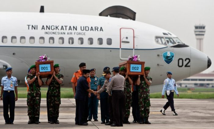 Bad Weather Hampers Recovery as First AirAsia Bodies Arrive