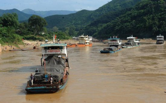 Mekong Cargo Ships Stranded Due to Extremely Low Water Levels