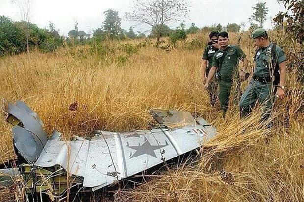 A piece of the F-16 fighter jet is found at the crash site in Khok Samrong district in Lop Buri Please credit and share this article with others using this link:http://www2.bangkokpost.com/news/general/480080/f-16-crash-in-lop-buri-kills-pilot. View our policies at http://goo.gl/9HgTd and http://goo.gl/ou6Ip. © Post Publishing PCL. All rights reserved.