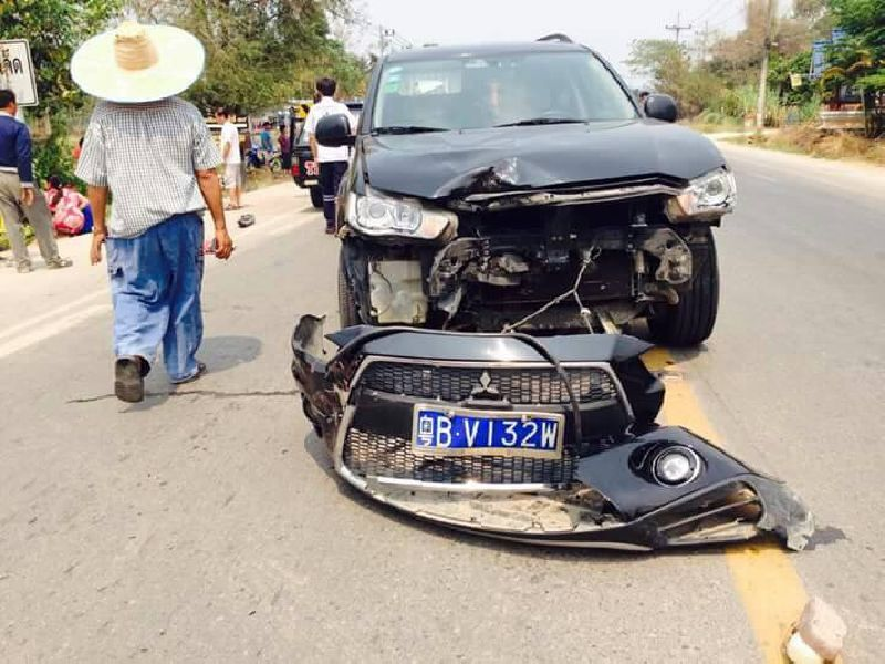 Police have detained a Chinese tourist in northern Thailand who allegedly crashed his car into two motorcycles and killed a 41-year-old woman.