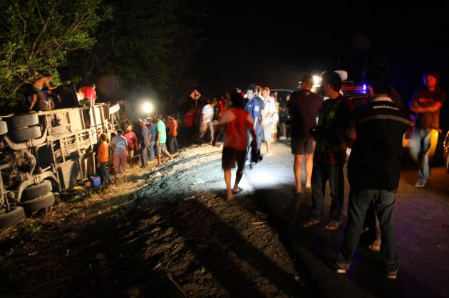 Tour Bus Overturns in Route to Phrae, 20 Passengers Injured
