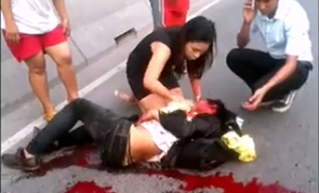 Praewa Mitrakul, 30, is seen giving emergency first aid to Akara Yamnam after he crashed his motorbike Read more: http://www.dailymail.co.uk/news/article-2981797/Miraculous-moment-passing-doctor-saved-stranger-s-life-crashed-motorbike-lorry-cut-open-throat.html#ixzz3Tc43t4Jh Follow us: @MailOnline on Twitter   DailyMail on Facebook