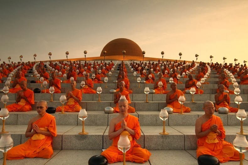 A community of 3,000 monks, novices, laymen and laywomen live within Wat Phra Dhammakaya making it the largest temple in Thailand