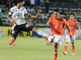 Pattaya United's Chaiyawat Buran (left) challenges for the ball with Chiangrai's Anon Sangsanoi during thie second half of their Toyota League Cup round of 64 clash at the Nongprue Stadium in Pattaya, Saturday, April 18. (Photo courtesy Chiangrai United FC) - See more at: http://www.pattayamail.com/sports/united-edge-chiangrai-in-league-cup-encounter-46507#sthash.4ytYpzjD.dpuf