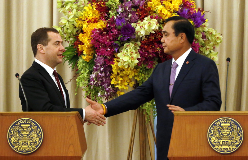 Thailand's Prime Minister Prayut Chan-o-cha (R) shakes hands with Russian Prime Minister Dmitry Medvedev (L) at the end of their joint news conference at Government House in Bangkok, Thailand, 08 April 2015.