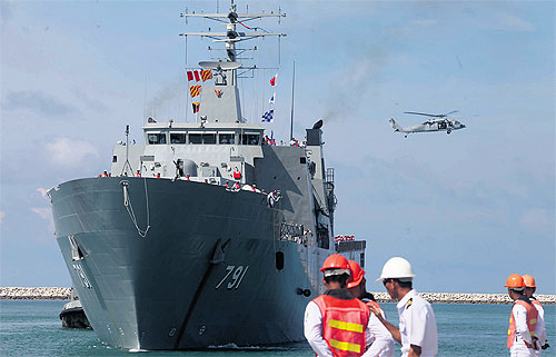 Thai Navy Deploys HTMS Angthong as Temporary Processing Center for Migrants Found Adrift