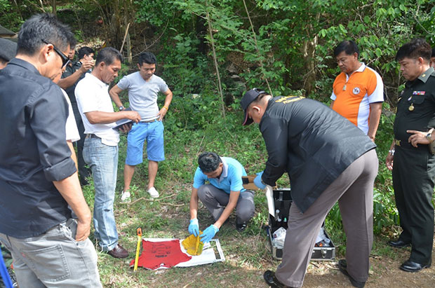 The police discover the girl's clothes in the forest. (Photo Piyarach Chongcharoen)