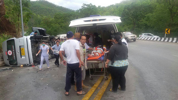 Truck Collides with Tourist Van on Chiang Mai- Chiang Rai Highway