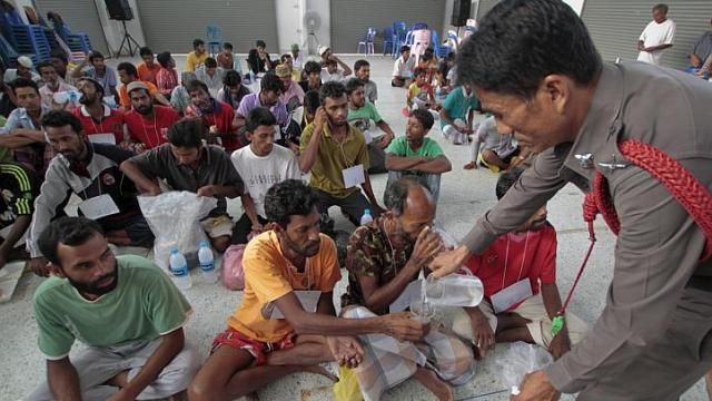 Chiang Rai Times-An official pouring water for suspected Rohingya migrants from Myanmar and Bangladesh at Rattaphum district hall in Thailand's southern Songkhla province - See more at: http://www.straitstimes.com/news/asia/south-east-asia/story/thailand-questions-117-migrants-it-races-meet-deadline-find-human-tr#sthash.xahKS5JV.dpuf
