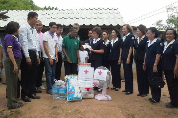 Officials hand assistance to the 10-year-old girl and her blind father in Ratchaburi province on Wednesday. (Photo by Saichol Ochkajon)