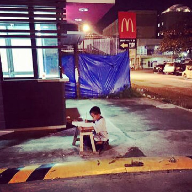Homeless Filipino Boy Gets Overwhelming Support after being Photographed doing Homework Under Lights of McDonalds