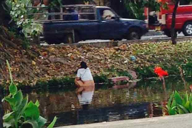 Chinese tourist relieves himself in Chiang Mai Moat