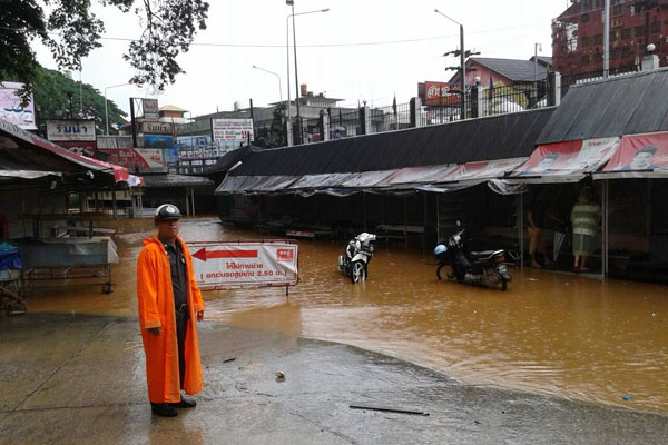 Flooding on the Thai bank of the Sai River (photo by Chinnapat Chaimol)