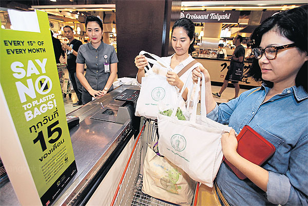 """To reduce plastic waste, shoppers are encouraged to say """"no"""" to plastic bags on the 15th of each month. (Photo by Thanarak Khunton)"""