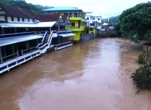 Large numbers of Thai and Myanmar residents living on the banks of the Mae Sai River have been severely hit by flood waters which had burst forth from the banks of the river.