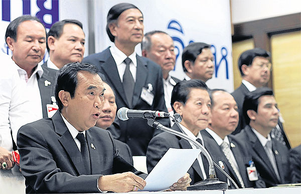 Pheu Thai Party leader Charupong Ruangsuwan reads out a party statement rejecting the Constitution Court�s ruling on Thursday. The court dismissed the government�s draft charter amendment on the make-up of the Senate. PATTARAPONG CHATPATTARASILL