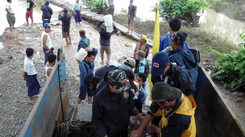 The relief efforts of various civil society groups and volunteers are contrasted to the slow, or in some places total lack of government's response to the flood crisis