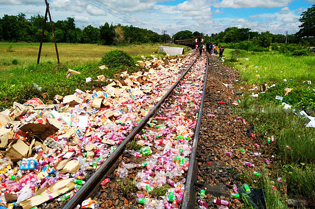 The tracks were littered with a large amount of canned drinks spilled from the truck.