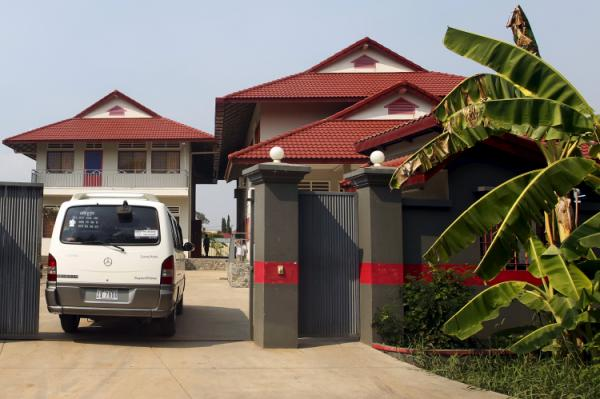 A van enters a residence that will temporarily house the first group of asylum seekers from a remote South Pacific detention centre, in Phnom Penh, Cambodia June 4, 2015. The first asylum seekers arrived in Cambodia on Thursday under a controversial Australian resettlement scheme that critics say amounts to dumping refugees and shirking international obligations. The three Iranians and one Rohingya, a mostly stateless Muslim minority residing in Myanmar, are the only ones among 677 detainees on Nauru island to so far take up a resettlement offer struck between the two countries last September. REUTERS/Samrang Pring