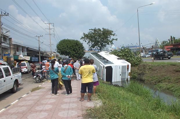 Tour Bus Overturns Injuring 24 Tourist in Ratchaburi Province