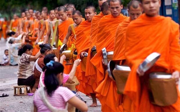 Chiang Khong District holds Alms-Giving Event for 88 Buddhist Monks