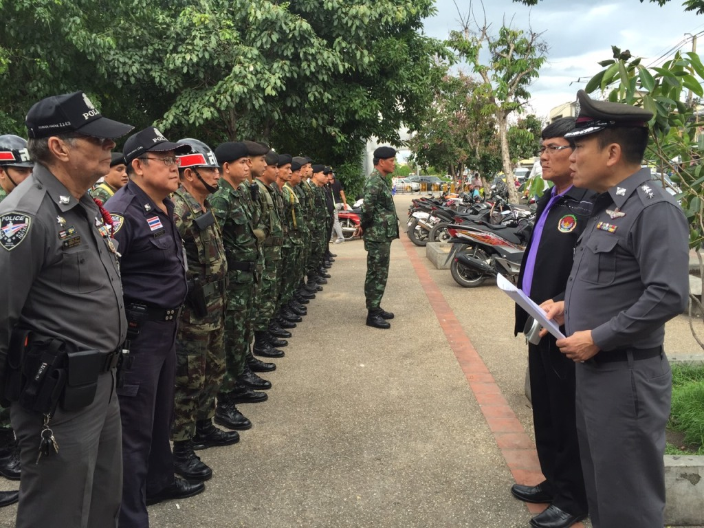 100 officials, including military, police, and interpreter volunteers, inspected Wua Lai Walking Street for the public's safety