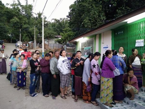People line up to vote in Tachilek Myanmar, accross from Chiang Rai
