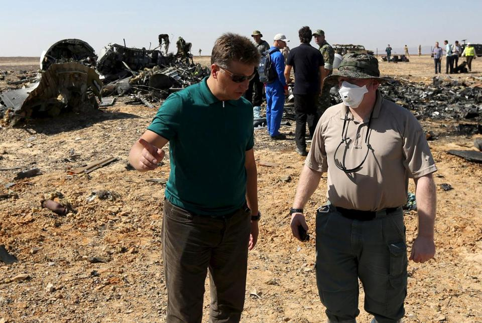 Russian Transport Minister Maxim Sokolov (L) speaks with a military investigator at the crash