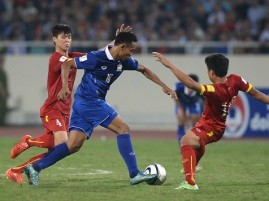 Thailand's Dangda (C) vies for the ball with Vietnam's Do Duy Manh (L) and Nguyen Van Quyet