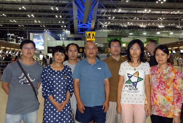 Jiang Yefei's wife Chu Ling (2nd left), Dong Guangping's wife Gu Shuhua (1st right) and the couple's daughter Dong Xuerui (2nd right) with activists ahead of their departure from Bangkok