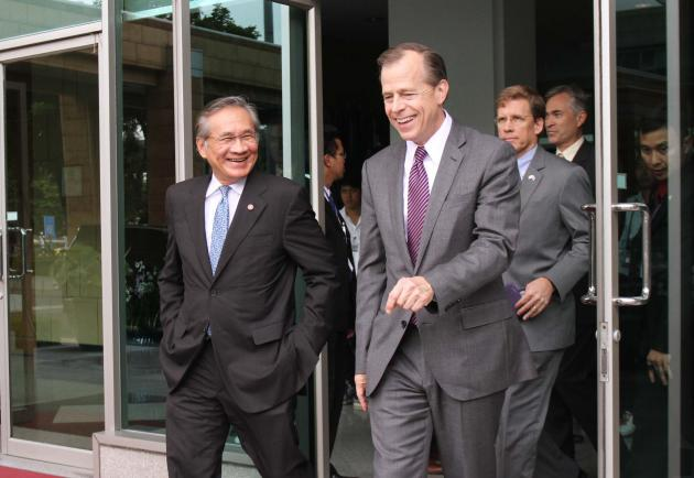 Foreign Minister Don Pramudwinai, right, meets new US Ambassador Glyn Davies