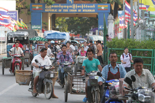 Mae Sai Border Congested as Burmese Workers Return to Thailand