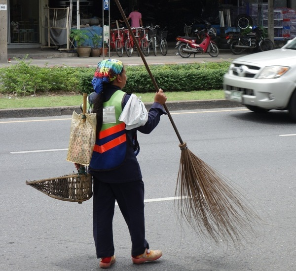 Chiang Rai Street Cleaner Praised for Good Deed