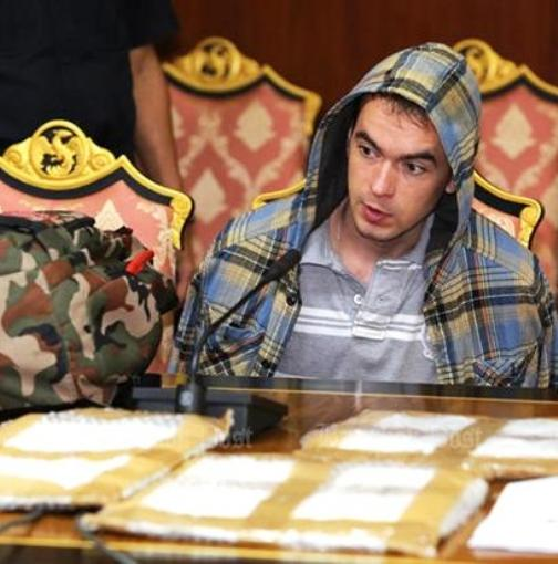 Russian Sergei Lelekov sits in front of packages of cocaine found inside his luggage by customs officers in Koh Samui Monday. (Photo by Pattanapong Hirunard)