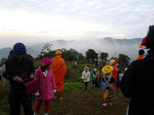 Tourists Flock to Phu Chee Fah as Temperatures Drop to 7 Degrees Celsius