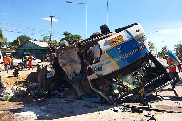 bus crashed on Thursday in Khon Kaen, killing a passenger and injured almost 30 others, after the driver bent down to pick up his mobile phone. (Photos by Chakrapan Nathanri) Please credit and share this article with others using this link:http://www.bangkokpost.com/news/general/812600/1-killed-28-hurt-when-driver-flips-bus-reaching-for-phone. View our policies at http://goo.gl/9HgTd and http://goo.gl/ou6Ip. © Post Publishing PCL. All rights reserved.
