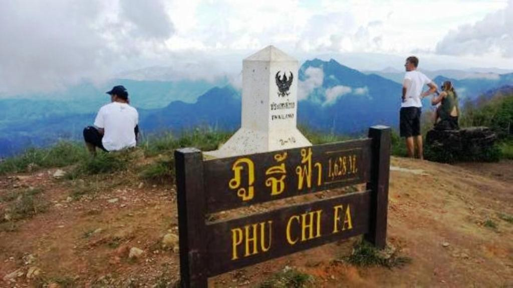 Visitors can take a trip by a private car up to Doi Pha Mon, Phu Chi Fa, to experience the sea of fog and stay to celebrate New Year 2016.