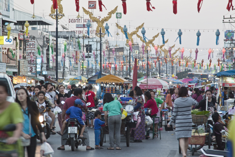 the border crossing area in Mae Sai District is bustling with tourists. The Mae Sai Chamber of Commerce has estimated that the number of people crossing the border could reach tens of thousands during the New Year festivities