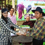 Ms Nichada hands money for the cattle to Mr Luan as Phra Wen looks on. (Photo by Chaiwat Satyaem)
