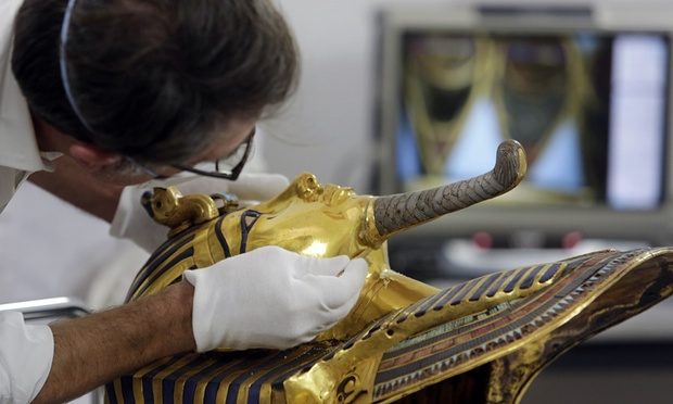 Eight Egyptians Museum Workers Facing Jail Time for Breaking King Tut's Mask