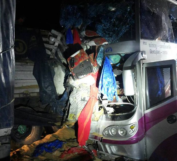 Six Dead in Head-on Collision Between Bus and 18 Wheeler