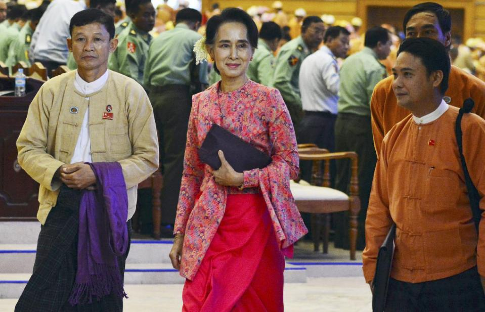 Myanmar opposition leader Aung San Suu Kyi, center, walks along with other lawmakers of her National League for Democracy party as they leave after a regular session of the lower house of parliament Monday, Feb 1, 2016 in Naypyitaw, Myanmar.