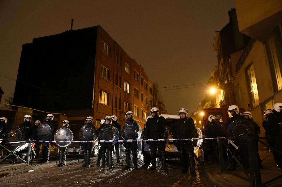 Belgian police forces stand guard during a police action in the Molenbeek-Saint-Jean district in Brussels, on March 18, 2016 (AFP Photo/John Thys)