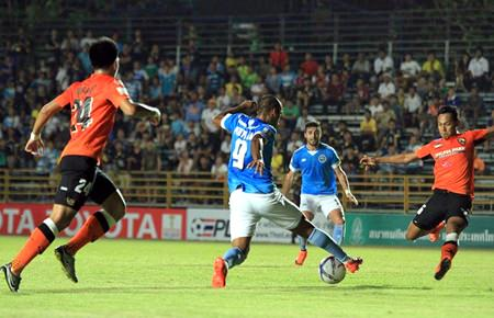 Pattaya United's Brazilian forward Junior (9) swerves past challenges from Chaingrai defenders during their Thai Premier League game at the Nongprue Stadium in Pattaya, Wednesday, March 16. (Photo/Pattaya United FC)