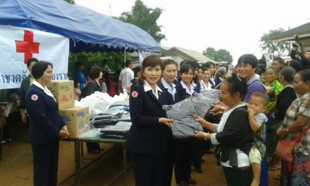 Red Cross Chapter of Chiang Rai with committee and Red Cross Branch of Amphur Chiang Khong in cooperation with Princess Mother's Medical Volunteer Foundation, donated coats and blankets to needy people.