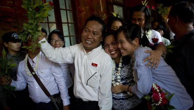 Family members welcome student protest leaders Nandar Sitt Aung (L) and Phyo Phyo Aung (R) as they arrives for a hearing at her trial in Tharrawaddy town, Bago Region in Myanmar on April 8, 2016. (AFP Photo)